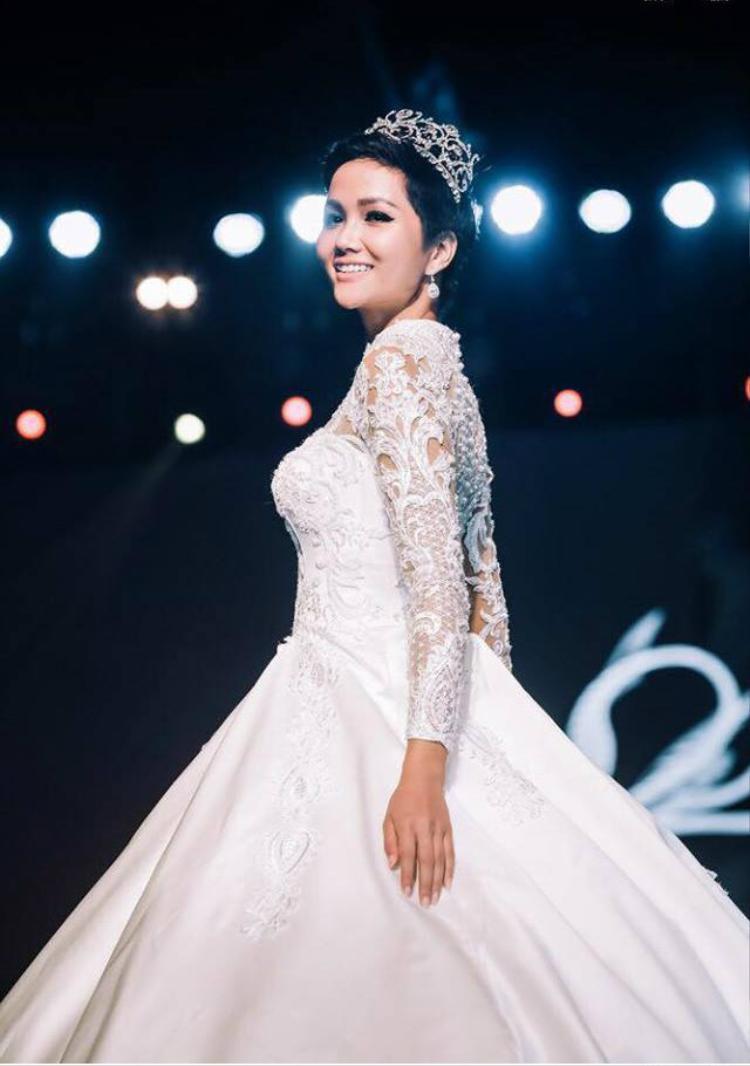 Chiếc đầm cưới màu trắng tinh khôi, được chăm chút trong từng đường cắt cúp, những phần ren, voan được đính kết tinh tế, mang đến cho người mặc sự quyến rũ, sang trọng.