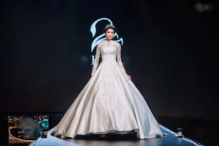 """Dù chiếc váy có phần """"đồ sộ"""", nhưng với kinh nghiệm làm mẫu lâu năm, cô hoàn thành xuất sắc phần trình diễn của mình."""