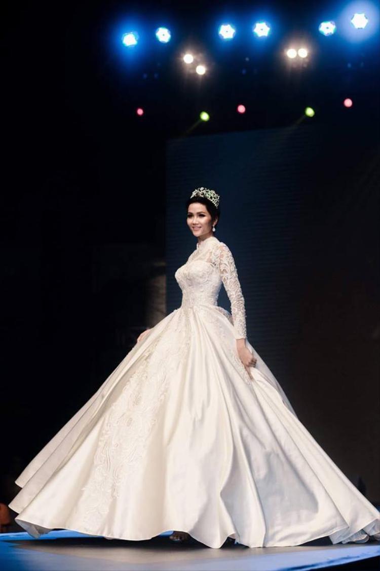 Trong bộ trang phục cưới lộng lẫy, người đẹp Ê Đê khoe sắc mặn mà, quyến rũ. Đây là lần đầu tiên cô khoác lên mình bộ sa-rê kể từ khi đăng quang Hoa hậu Hoàn vũ Việt Nam.