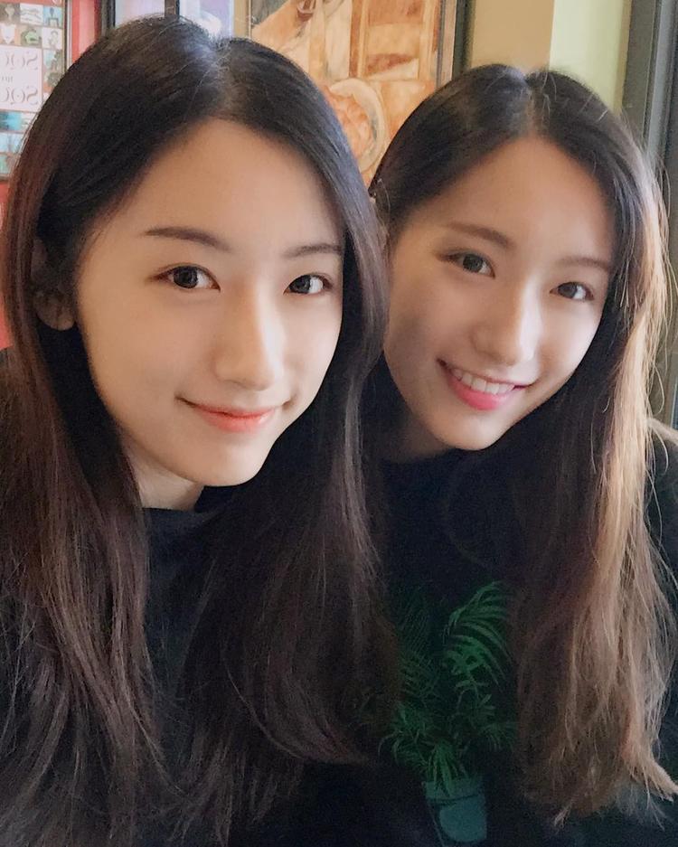 2 chị em giống nhau như đúc, khó có thể phân biệt được.