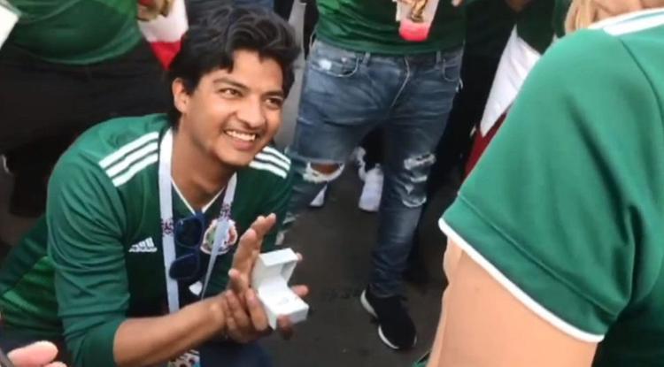 Chàng trai quỳ gối cầu hôn bạn gái sau chiến thắng của đội tuyển nước nhà.