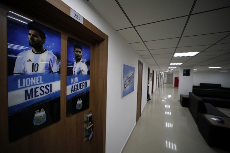 Có poster mỗi cầu thủ dán ở mỗi cửa phòng