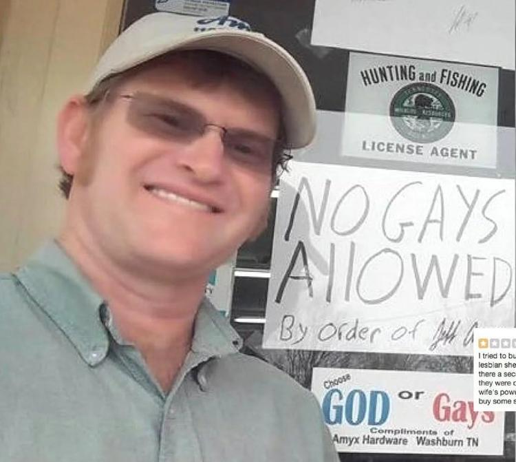 Jeff Amyx bên cạnh tấm bảng của mình