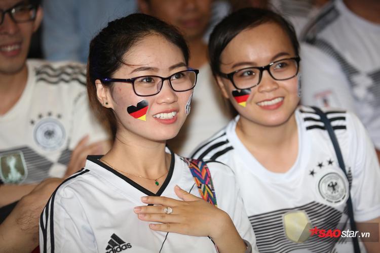 Những cô gái xinh đẹp yêu tuyển Đức xuất hiện tại buổi offline.