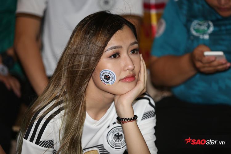 Mọi thứ bắt đầu trầm lắng và nỗ lo hiện rõ trên khuôn mặt CĐV Đức khi đội nhà bị dẫn bàn.