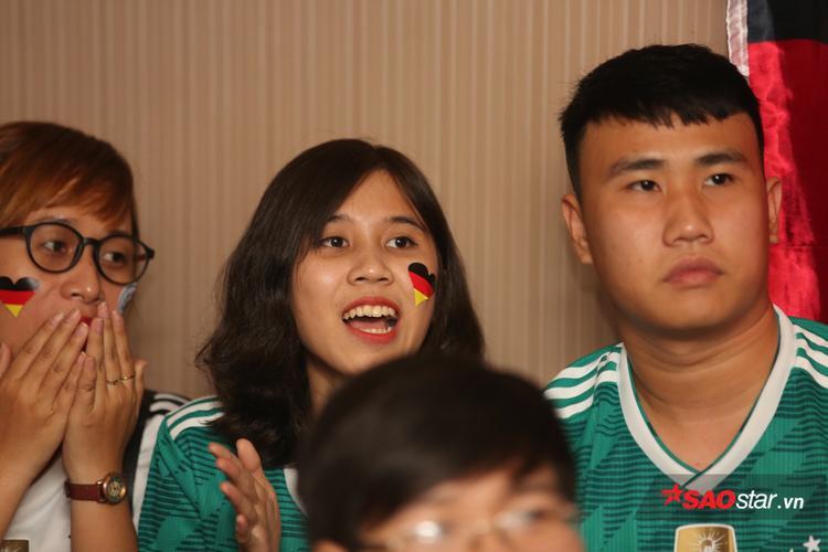 Nhưng không quên cổ vũ nhiệt tình mỗi khi tuyển Đức có cơ hội gõ hòa.