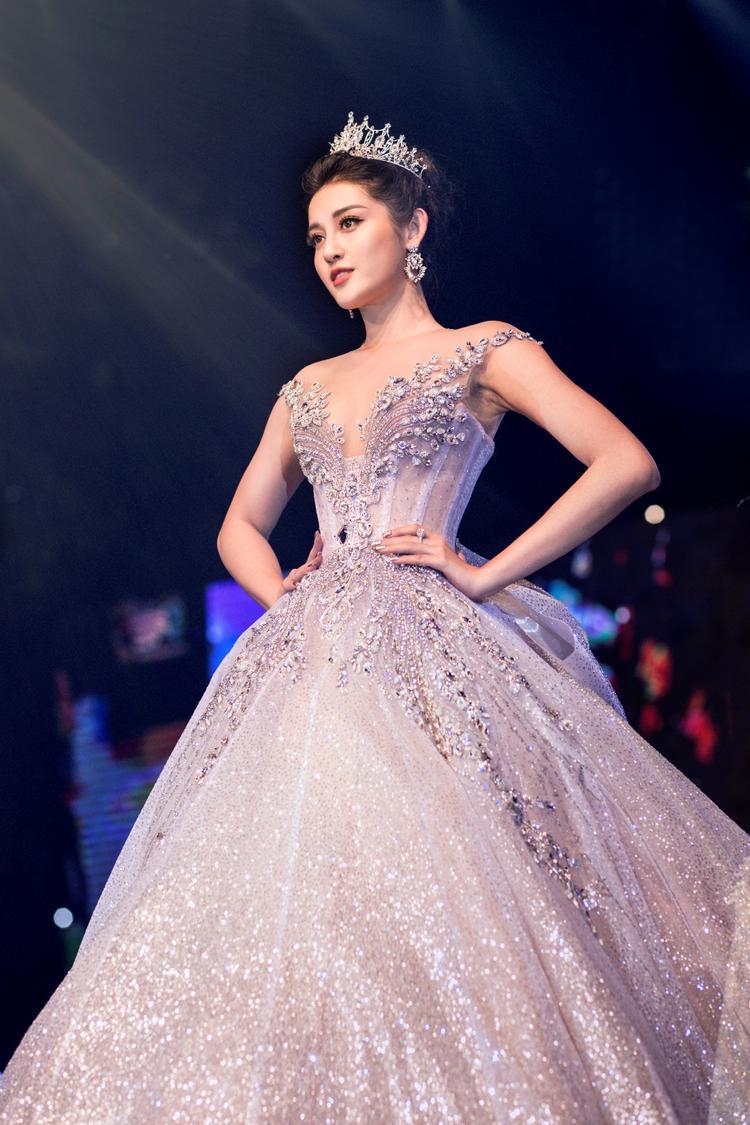 Huyền My xinh như công chúa trong trang phục dạ hội lộng lẫy.