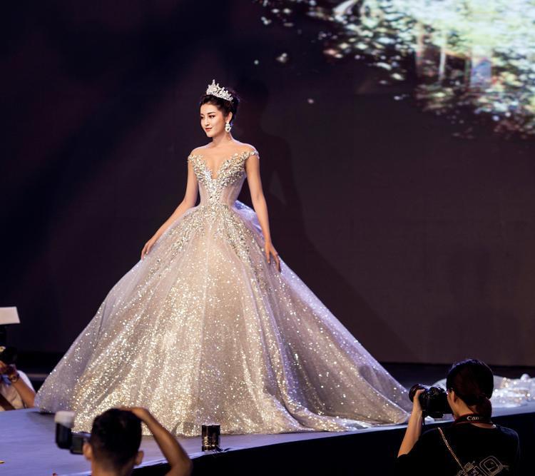 Chiếc váy khá to, nặng đến 25 kg nhưng Huyền My di chuyển khá dễ dàng.