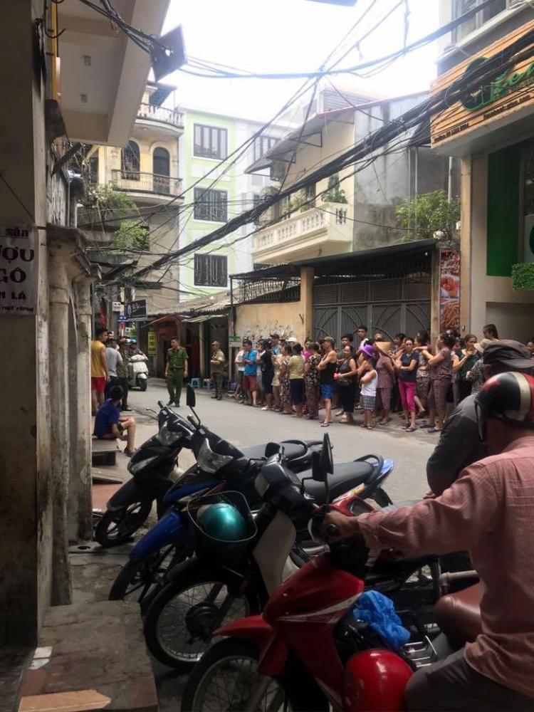 Rất đông người dân có mặt tại ngôi nhà xảy ra án mạng.