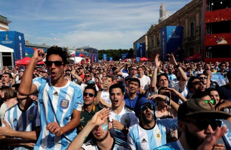 CĐV Argentina ở Nga cổ vũ đội tuyển nhà trong trận gặp Iceland. Ảnh: Reuters