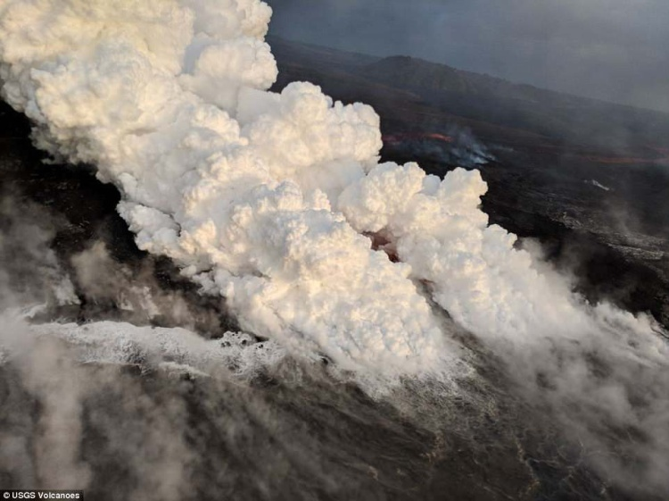 Các cột khói bốc lên mang theo khí độc và các hạt nhỏ độc hại khi dòng dung nham đổ ra biển.
