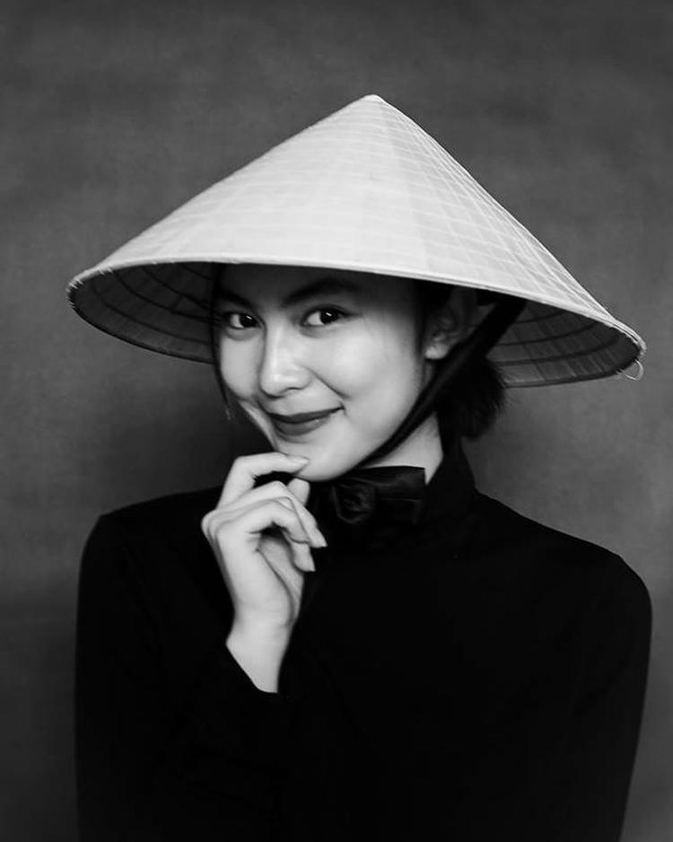 Cực kì xinh đẹp với nón lá và áo dài Việt.