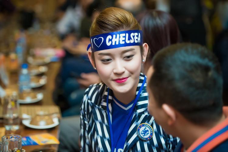 Nàng Á hậu tại một sự kiện của fan hâm mộ Chelsea tại Việt Nam.