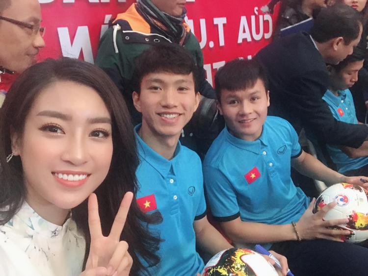 Đỗ Mỹ Linh chụp hình cùng các tuyển thủ Việt nam.