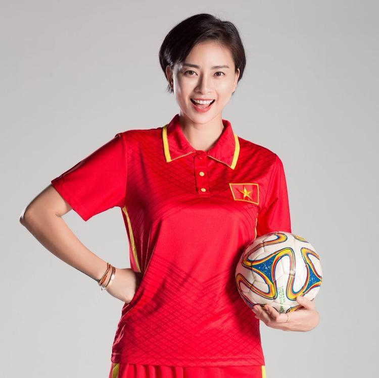 Ngô Thanh Vân trong trang phục tuyển Việt Nam.