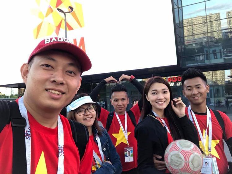 Ngọc Nữ mặc áo đỏ, sao vàng đã có mặt tại Nga để dõi theo ngày hội bóng đá được mong chờ nhất thế giới.