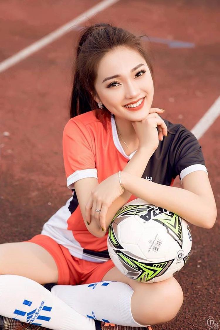 Top 10 Hoa hậu Hoàn vũ Việt Nam thường chia sẻ những hình ảnh trong trang phục bóng đá trên trang facebook.