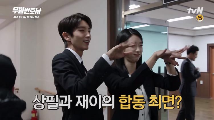 """""""Hoàng tử cổ trang"""" Lee Jun Ki và Seo Ye Ji thường hay đùa giỡn tại phim trường."""