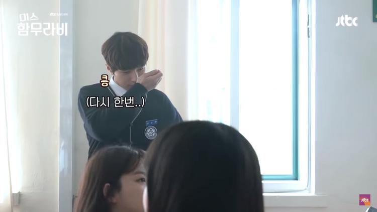 Hình như anh ấy đang ngửi mùi nước hoa của mình?