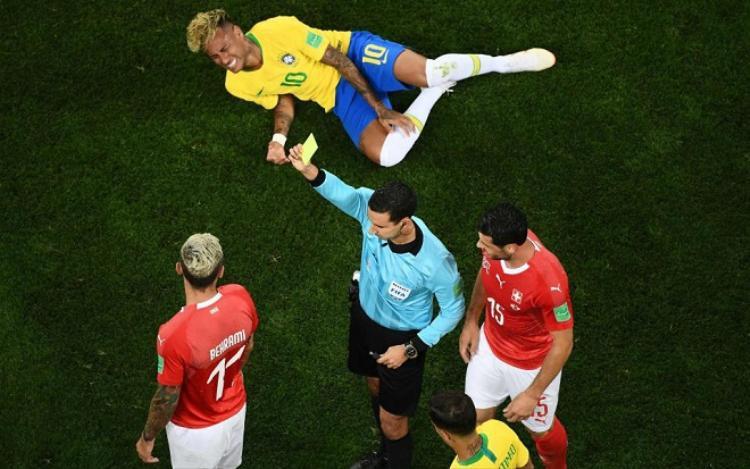 """Behrami là cầu thủ mở màn cho những pha """"chặt chém"""" dành cho Neymar. Ảnh: The Sun."""