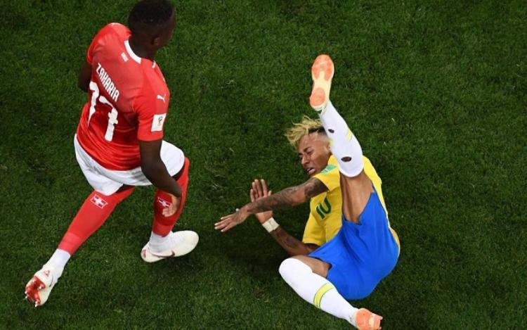 Càng về cuối trận, Neymar càng dính nhiều đòn hơn từ Thụy Sĩ. Ảnh: The Sun.