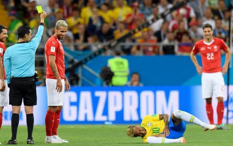 Neymar tỏ ra đau đớn trước pha vào bóng khá ác ý từ đội tuyển Thụy Sĩ. Ảnh: The Sun.