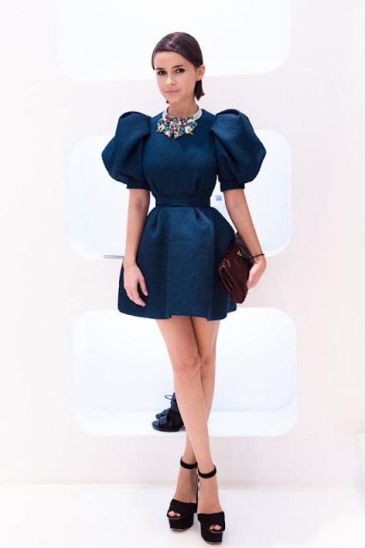 """Bên cạnh chọn váy phù hợp với dáng người, Mira cũng rất khéo léo trong việc lựa chọn trang sức, giúp cô nổi bật nhưng không bị """"lố""""."""