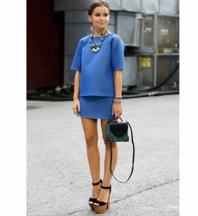 Mira khéo léo nhấn nhá set đồ xanh mang hơi hướng minimalism trở nên đạm dấu ấn cá nhân với vòng satement đá và túi đeo cùng tone.