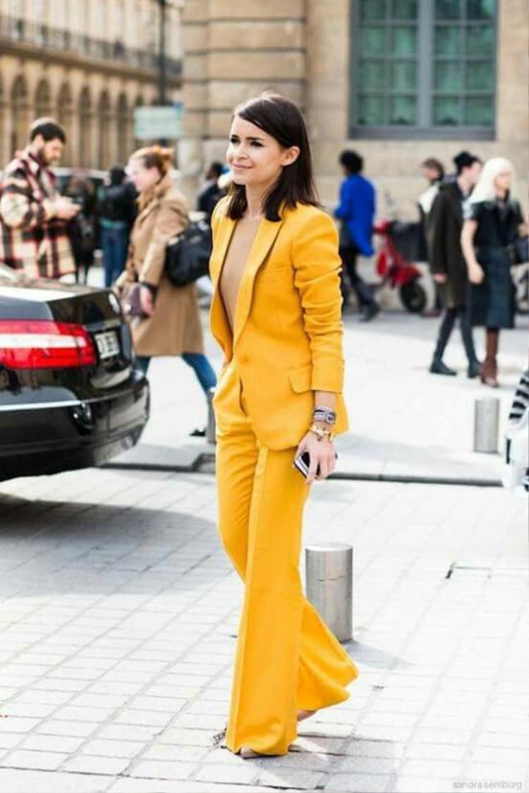 Cây vest đóng bộ không hề làm cô già dặn mà vẫn thu hút bởi sắc màu rực rỡ.
