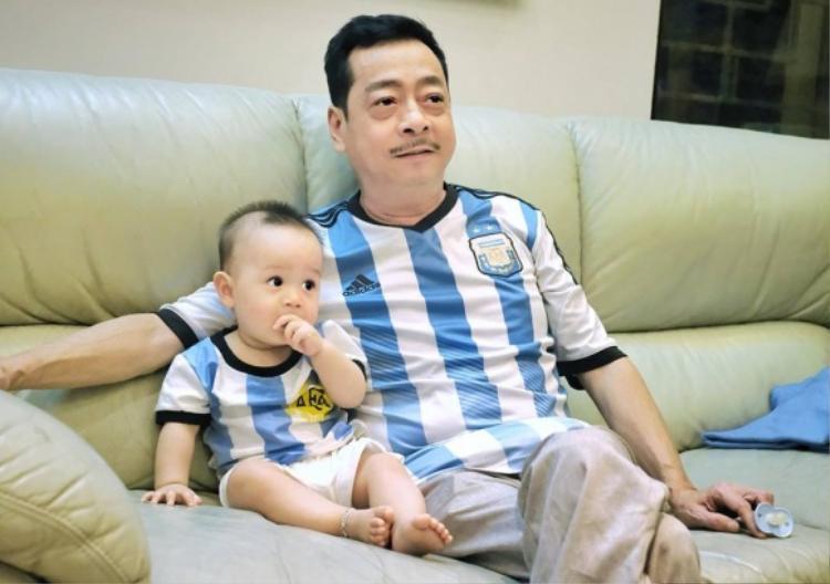 NSƯT Hoàng Dũng cổ vũ hết mình cho đội tuyển Argentina.