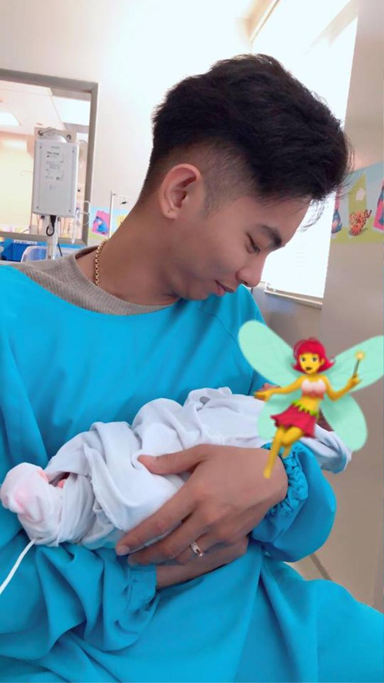 Phan Hiển âu yếm chăm con gái yêu. Cô bé vừa ra đời ít ngày trước và được đặt tên là Anna.