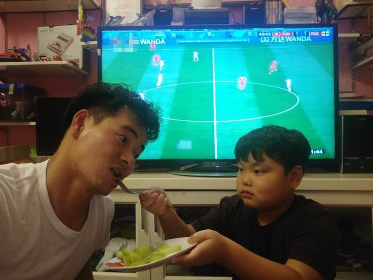 Bố con Xuân Bắc thức xem bóng đá, không quên chăm sóc nhau nhiệt tình bằng món bí để thanh nhiệt.