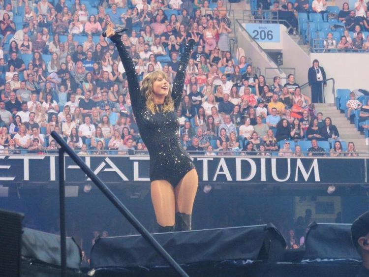 The Sun báo cáo Taylor chỉ bán được 38,000 trên tổng số 56,000 vé bán ra…