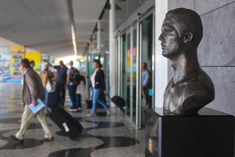 Bức tượng cũ đã trở thành biểu tượng văn hóa du lịch tại quê hương của cựu sao M.U. Ảnh: The Sun.