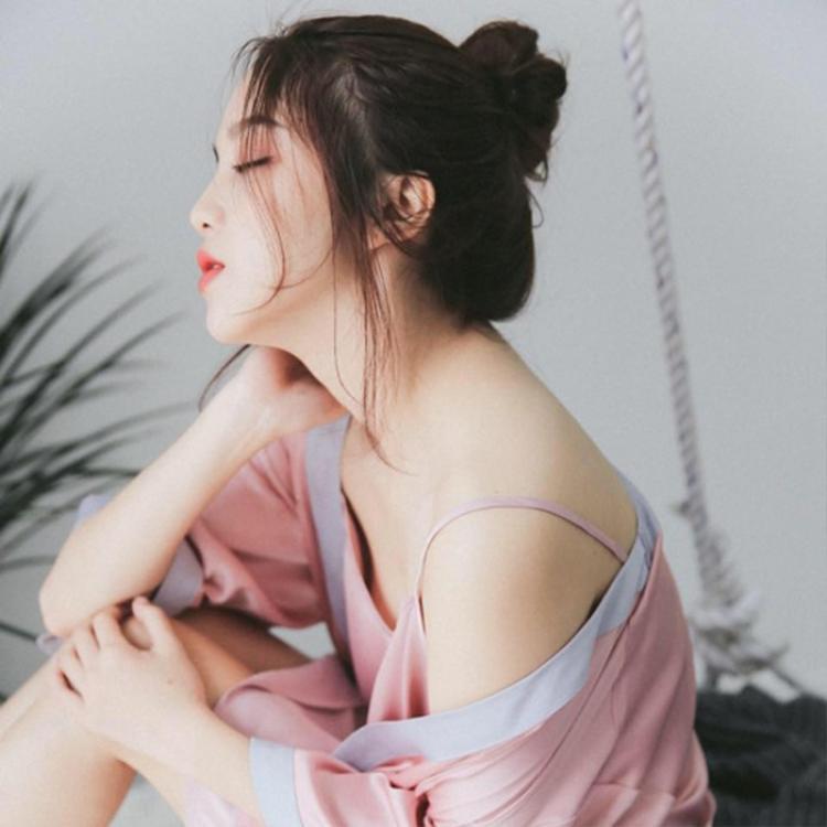 """Khi học tại THPT Việt Đức, Ngọc Linh đã là một trong những học sinh tài sắc, được mệnh danh là """"hot girl"""". Tuy nhiên, hiện 9X thích được nhắc đến với tư cách là mẫu ảnh hơn danh xưng đó."""