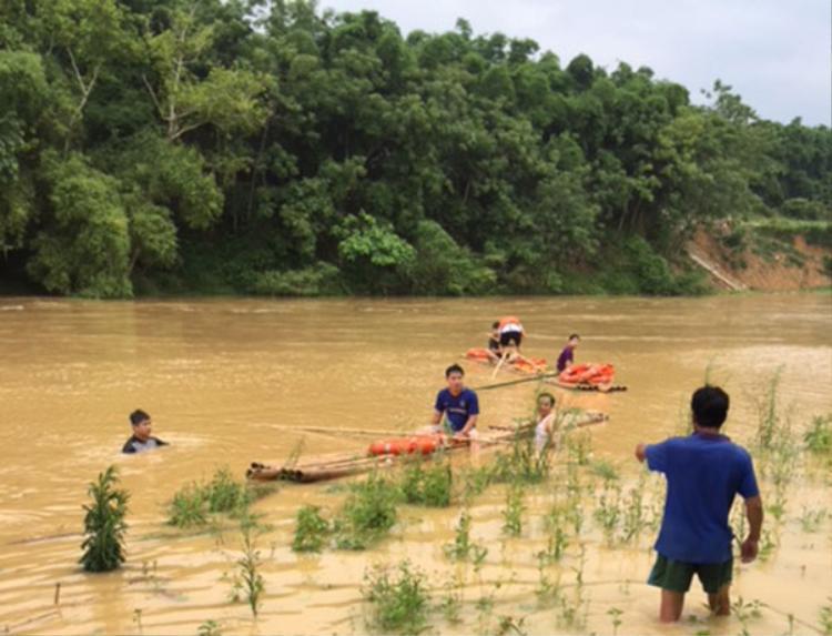 Lực lượng cứu hộ tìm kiếm nạn nhân đuối nước ở Ngọc Lặc. Ảnh: Pháp Luật Plus.
