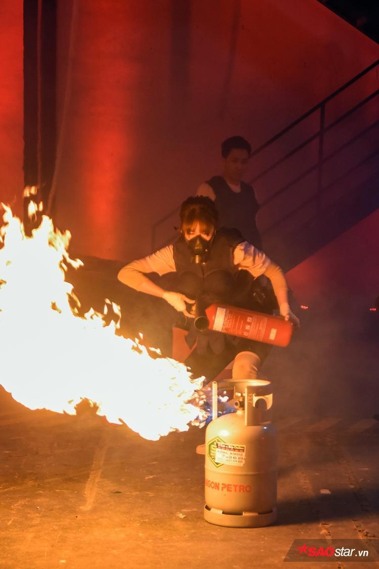 Trước thử thách phòng cháy chữa cháy khắc nghiệt, Trấn Thành luôn đặt sự chú tâm hướng về bà xã.