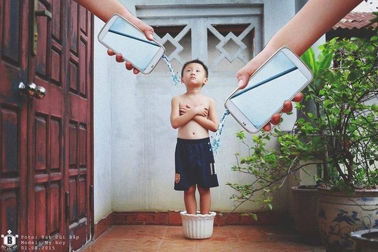"""Trẻ con phụ thuộc và thậm chí """"nghiện"""" các trò chơi trên thiết bị công nghệ, chúng mất dần khoảng thời gian """"học ăn, học nói, học gói, học mở"""" của trẻ thơ. Ảnh: Đỗ Xuân Bút."""