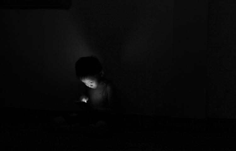 """Khóc - điện thoại, ăn - điện thoại, nghịch ngợm phá phách chỉ cần có điện thoại là ngồi yên… Dần dà, thiết bị công nghệ thành công cụ """"trông trẻ"""" hiệu lực thay bố mẹ. Nhưng cũng chính smartphone làm mất dần tuổi thơ của trẻ. Ảnh: Đỗ Xuân Bút."""