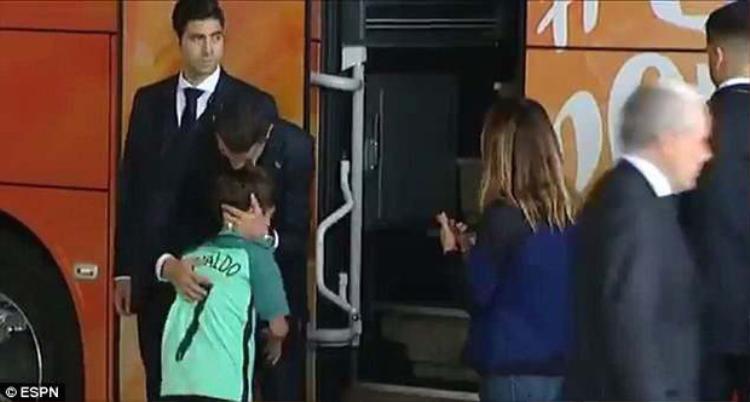 CR7 ôm hôn thắm thiết fan nhí. Ảnh: ESPN.