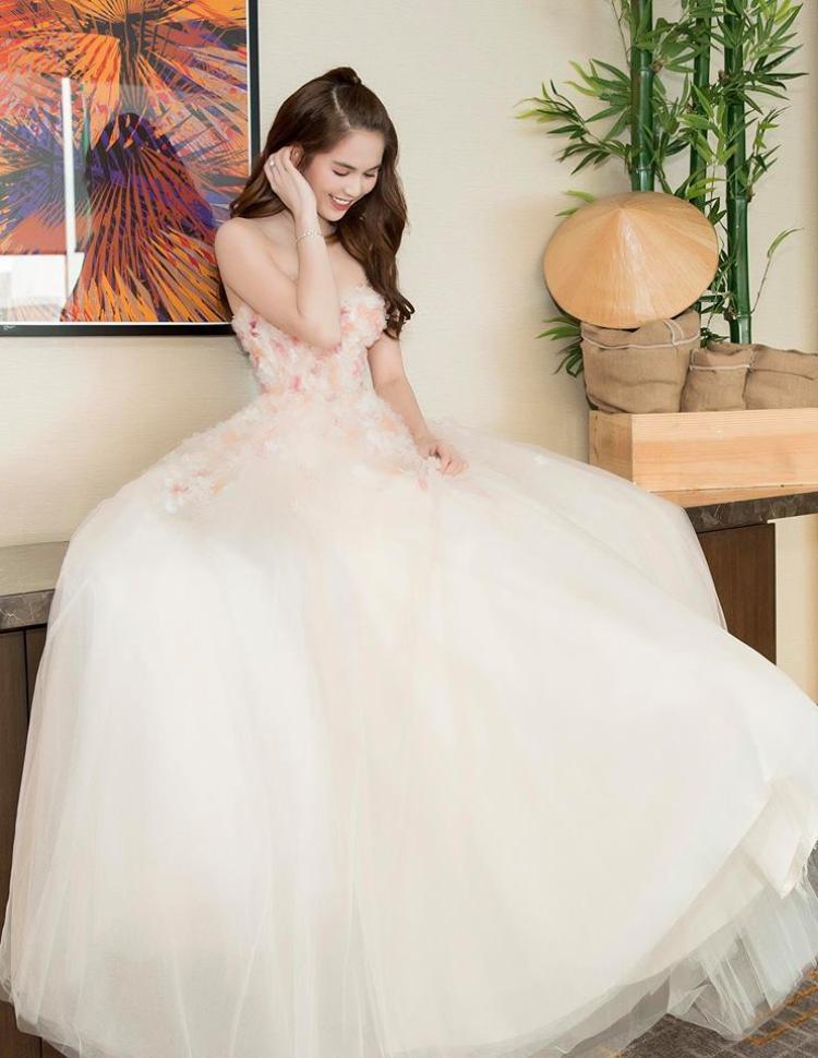 Style công chúa đang được nhiều sao Việt yêu thích. Những mẫu váy ôm sát body hay xẻ cao bất tận dần được thay thế bằng các kiểu váy bồng bềnh, lôi cuốn.Với hình ảnh trong trẻo, nhẹ nhàng như thế này, Ngọc Trinh thực sự gây thiện cảm cho người hâm mộ.
