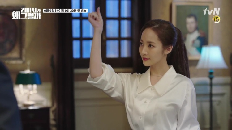 Nhìn cô thật sang trọng với áo sơ mi trắng…