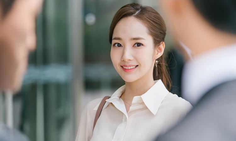 Không cần đánh má hồng rực như búp bê, lớp trang điểm tự nhiên thừa sức giúp Park Min Young tỏa sáng.