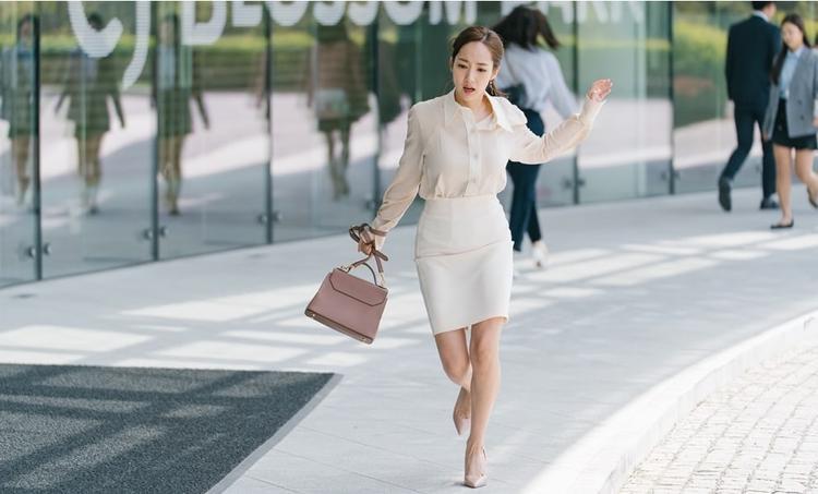 Thư ký Kim xinh đẹp cùng tóc buộc cao gọn gàng, áo voan và chân váy bút chì trở thành hình ảnh thanh lịch mà bất cứ cô gái nào cũng ao ước.