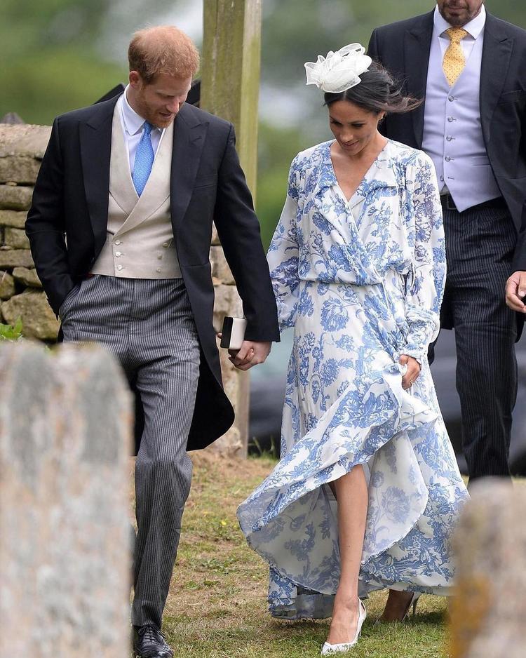 Bộ đầm quá rộng so với thân hình của công nương hoàng gia Anh, không chỉ rộng mà các chi tiết quá rườm rà, phần tay áo thùng thình vô tình nuốt chửng đi những đường cong đẹp đẽ, quyến rũ của cô nàng.