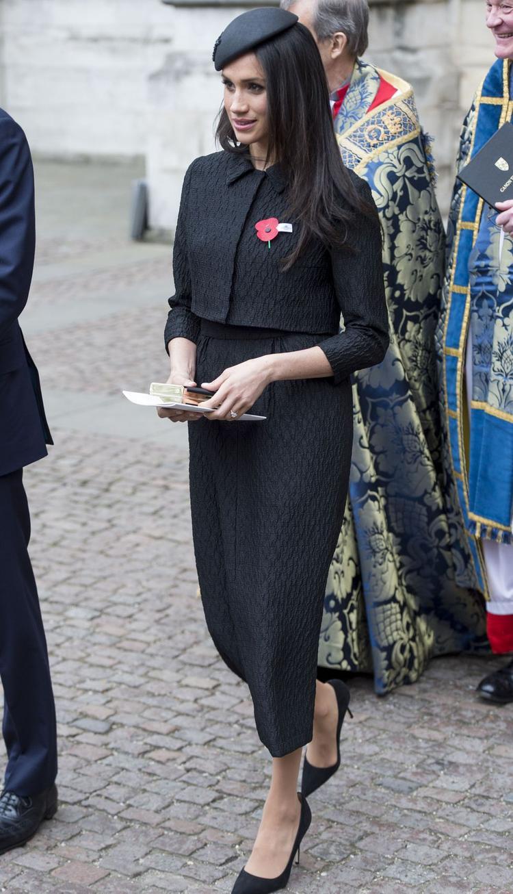 Thanh lịch với váy midi jacquard và áo khoác ngang eo điệu đà.