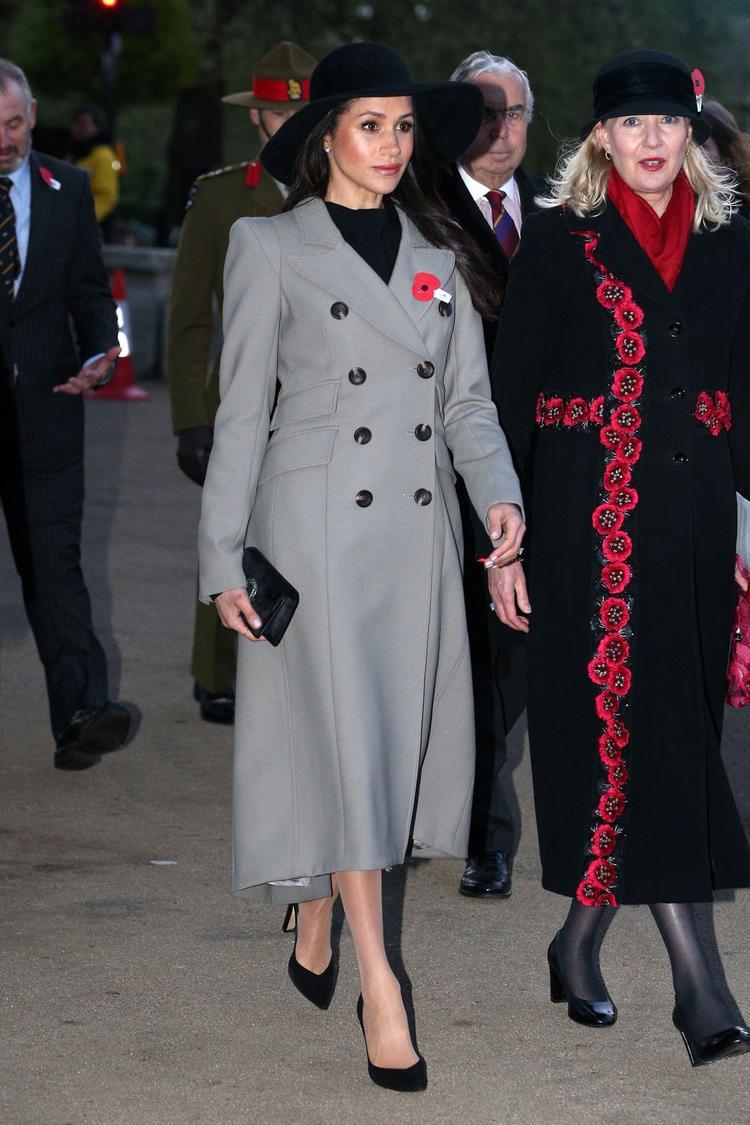 Aó khoác lớn màu xám kết hợp với nón rộng vành đen trông cực kỳ thời thượng và sang trọng.