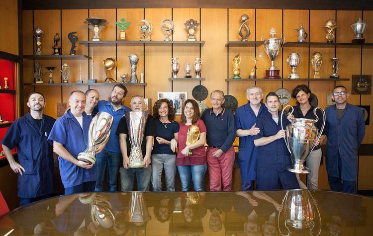 Nhân viên của GDE Bertoni chụp hình cùng những chiếc cúp vàng nổi tiếng do công ty sản xuất.