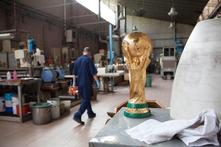 Chiếc cúp vàng cao khoảng 14,5 inch, được làm từ hơn 6 kg vàng 18 kara và có giá 20 triệu USD (khoảng 456 tỷ đồng). Ngay sau mỗi kỳ World Cup, FIFA đều gửi lại chiếc cúp về nơi nó được sản xuất.