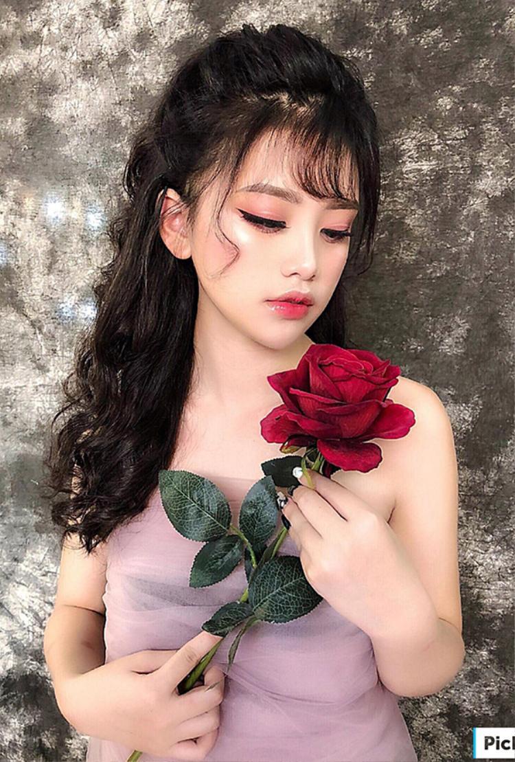 Chỉ muốn làm nền cho em gái chụp ảnh, cô gái Hưng Yên bất ngờ gây bão mạng bởi diện mạo quá xinh đẹp